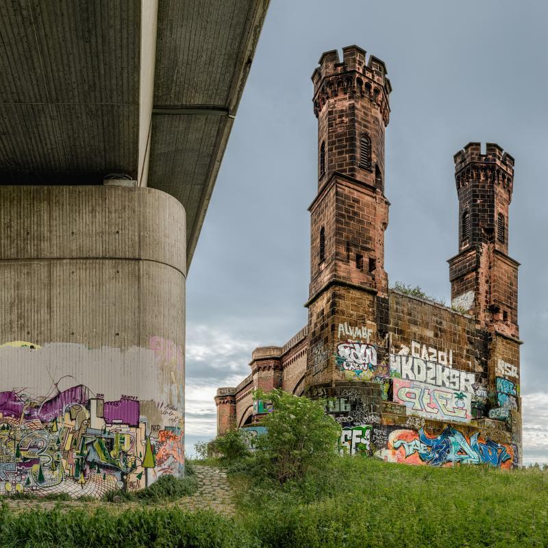 BrueckenBurg // OBEN-DRÜBER  WORKED-OUT BAHN // Hammer-Brücke  Düsseldorf // 2019 // L 120 x 120 - M 100 x 100 cm - S 70 x 70 cm